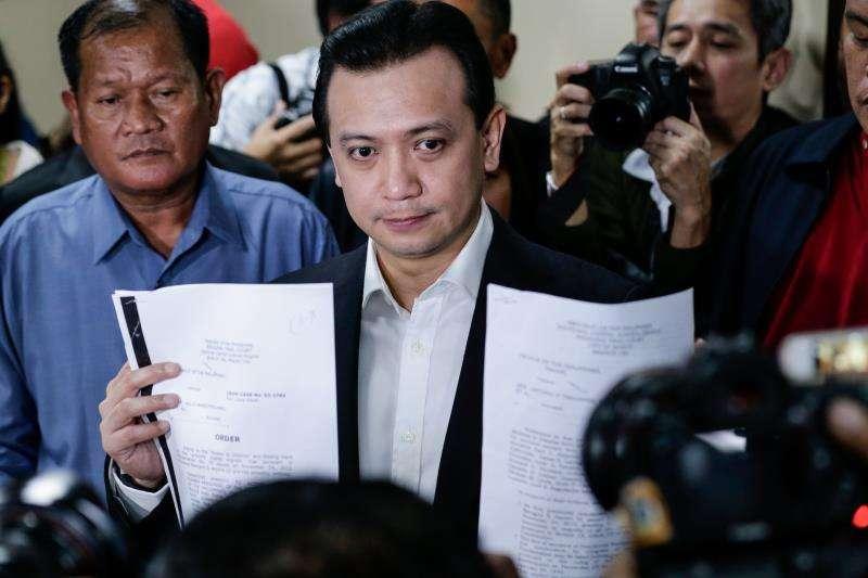 El senador filipino Antonio Trillanes IV, exlíder de un motín militar, le enseña a la prensa documentos en los que le conceden la amnistía y eliminan sus casos de rebelión en 2011 en el Senado, en Manila (Filipinas) . EFE