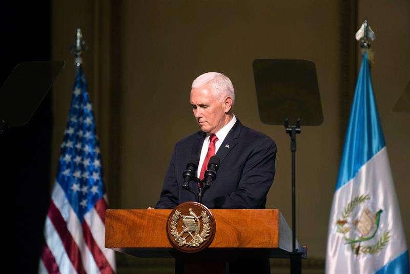 Vicepresidente de Estados Unidos, Mike Pence, habla durante una conferencia multilateral posterior a la reunión con los presidentes del Triángulo Norte de Centroamérica, en el Palacio Nacional de la Cultura de Ciudad de Guatemala. EFE