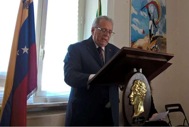 El embajador venezolano en Italia, Julián Isaías Rodríguez Díaz, durante la conferencia de prensa en la que denunció las medidas adoptadas por bancos internacionales para estrangular al Gobierno de Caracas y que impiden la transferencia de fondos. EFE