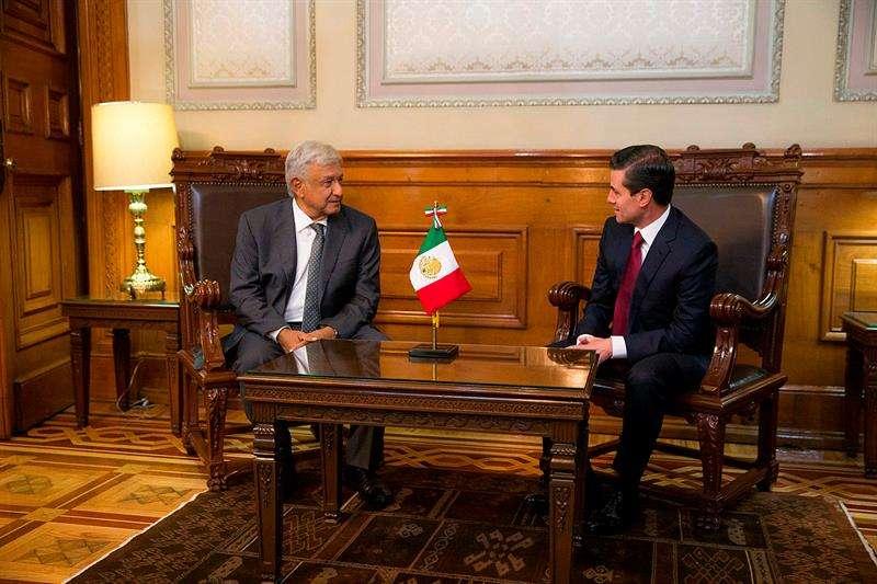 El mandatario mexicano, Enrique Peña Nieto (d), durante una reunión con el próximo presidente de México, Andrés Manuel López Obrador (i), en el Palacio Nacional. Foto: EFE