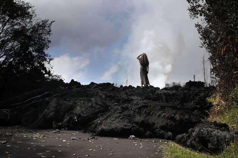 Hannique Ruder, un residente de 65 años que vive en la subdivisión de Leilani Estates, se encuentra en el montículo de lava endurecida cerca de Pahoa, Hawái. AP