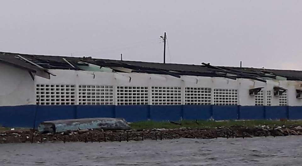 Vista general de los daños causados por los fuertes vientos en Escuela de Gardi Muladub. Foto: @SIMINGOB