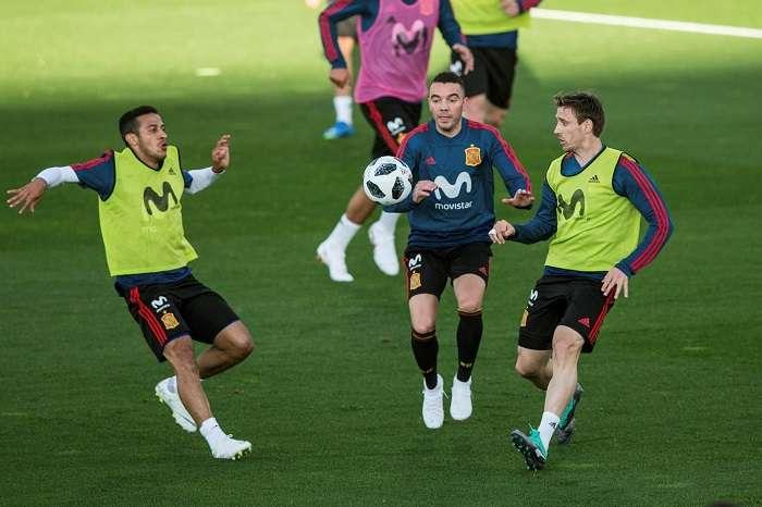 Los jugadores de la selección española, el centrocampista italiano Thiago Alcántara (i), el delantero Iago Aspas (c) y el defensa Nacho Monreal (d), durante el entrenamiento./EFE