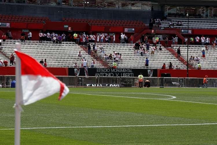 Aficionados de River Plate en las tribunas del estadio Monumental. Foto: EFE
