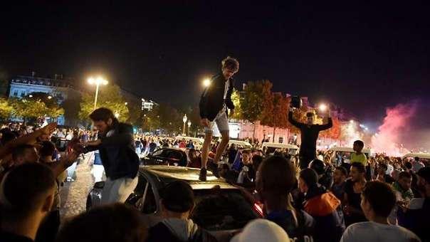 Cientos de personas que se encontraban viendo en la calle el encuentro.
