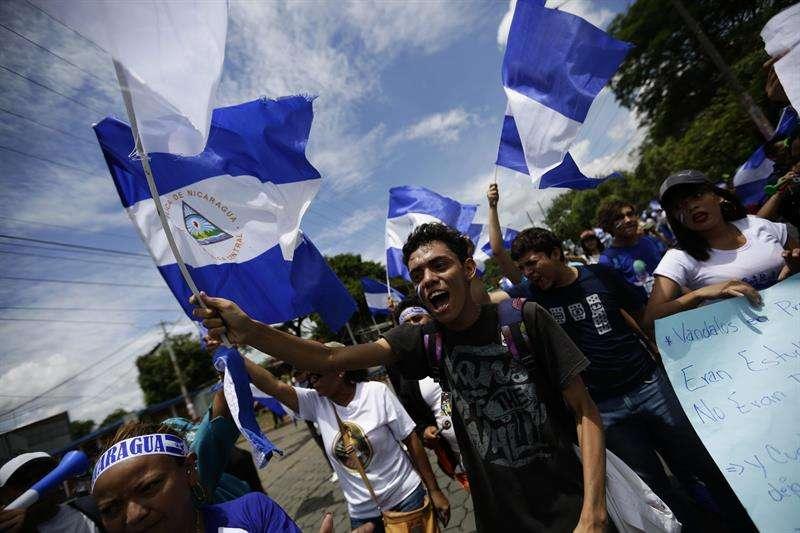 Un grupo de personas protesta hoy, miércoles 16 de mayo de 2018, cuando se inicia el Dialogo Nacional en el Seminario de Fátima en Managua (Nicaragua). EFE
