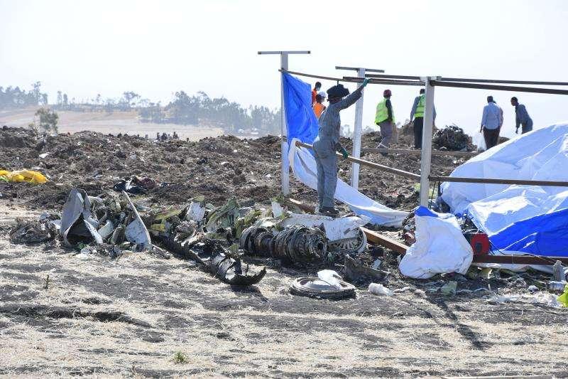 Vista de los restos del fuselaje del avión Boeing 737 MAX 8 de Ethiopian Airlines que se estrelló el domingo 10 de marzo poco después de despegar de Adís Abeba con rumbo a Nairobi, este miércoles en Bishoftu (Etiopía). EFE