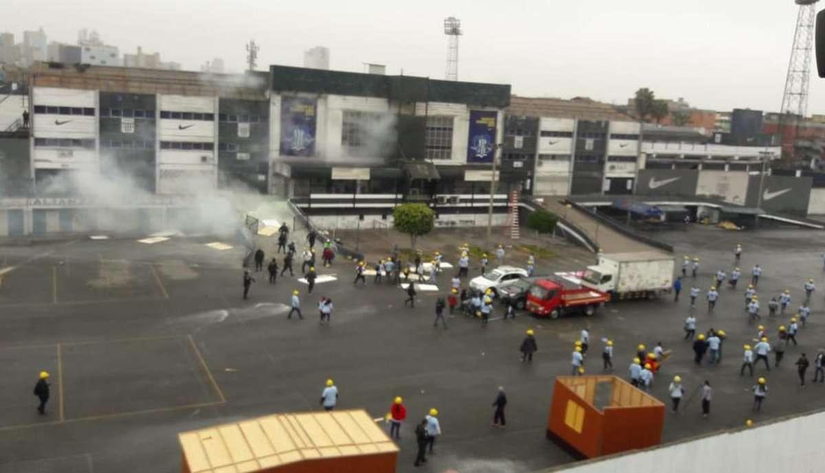 Integrantes de la iglesia Evangélica en los exteriores del estadio en Lima. Foto: Diario EL COMERCIO