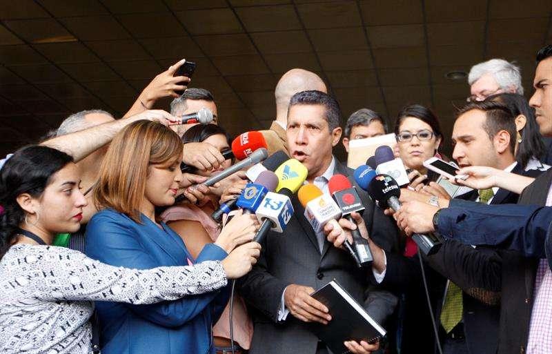 El excandidato presidencial Henri Falcón (c) ofrece declaraciones a los medios de comunicación a su llegada al Tribunal Supremo para impugnar los resultados electorales que le dieron la victoria al jefe de Estado, Nicolás Maduro. EFE
