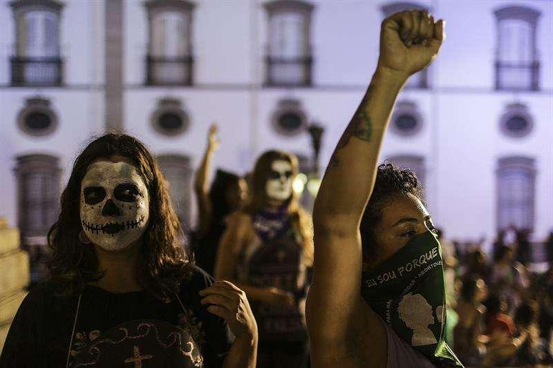 Unas 500 mujeres protestan a favor de la legalización del aborto hoy, miércoles 8 de agosto de 2018, a las puertas del consulado de Argentina en Sao Paulo (Brasil). EFE