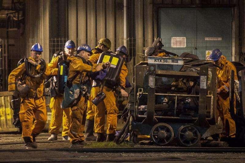 Varios rescatistas ingresan a la mina de carbón CSM en Karvina, cerca a la frontera entre República Checa y Polonia. Al menos 5 personas han muerto y 8 permanecen desaparecidas en un accidente en una mina de carbón checa tras una explosión. EFE