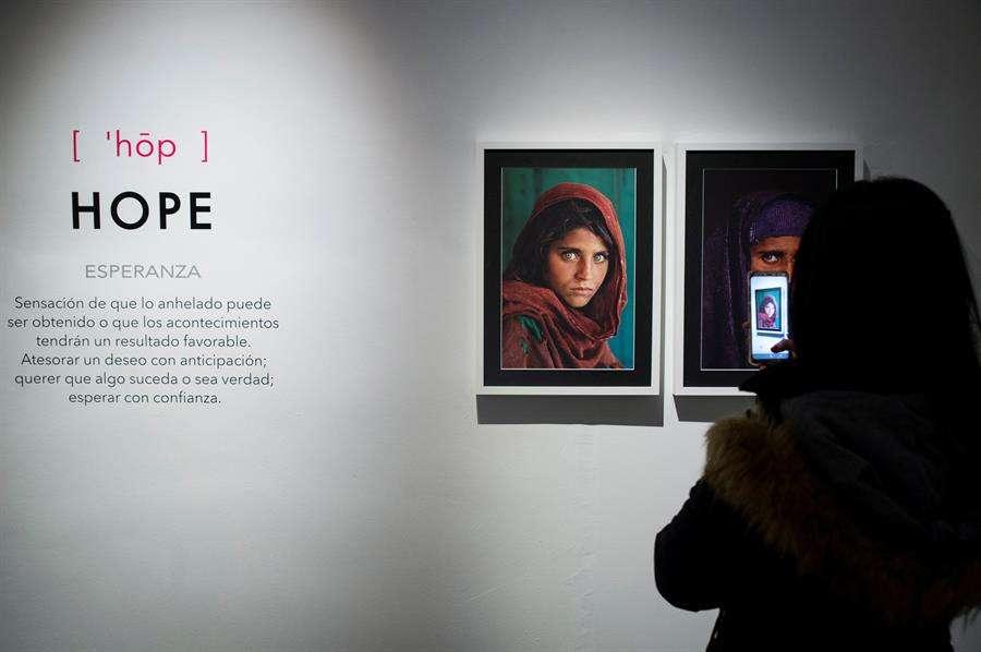"""Una mujer visita la exposición """"Women, un siglo de cambio"""", dedicada a la vida de las mujeres a través del archivo de National Geographic. EFE"""