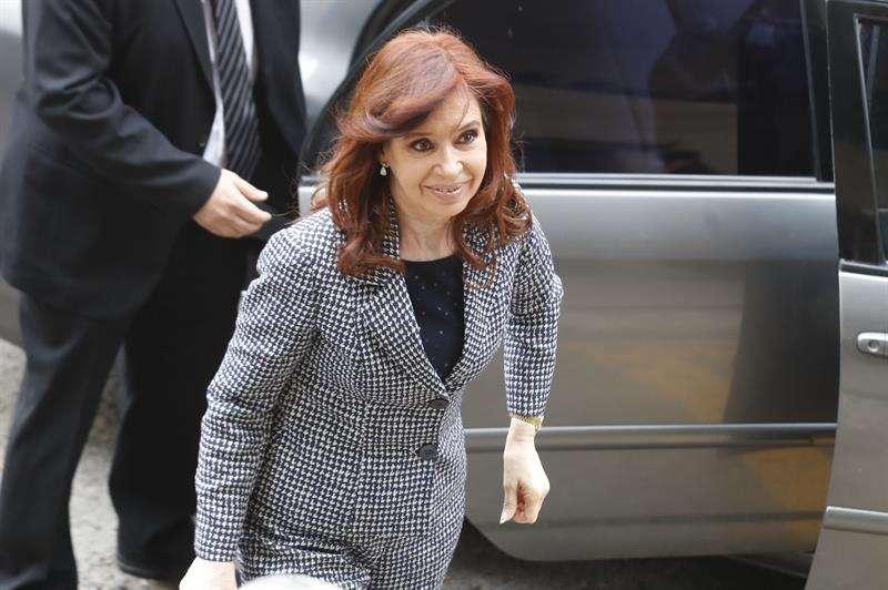 """La expresidenta argentina Cristina Fernández (c) acudió a declarar ante un juez, por una causa en la que se investigan presuntos delitos de lavado de dinero durante su mandato, conocida como la """"Ruta del Dinero K (Kirchner)"""", en Buenos Aires. EFE"""