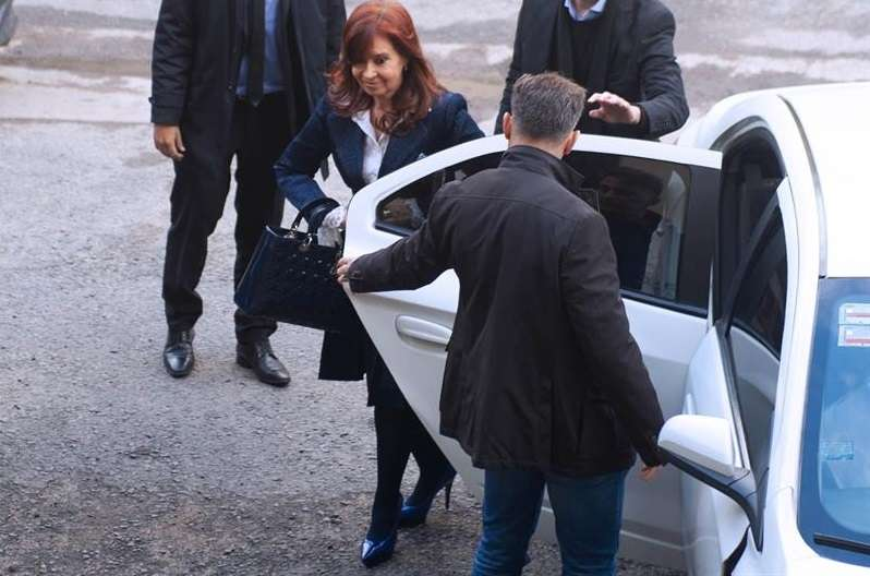 La expresidenta argentina y actual senadora Cristina Fernández llega a los tribunales federales de Buenos Aires (Argentina), para el comienzo del primer juicio en su contra por supuesta corrupción, en medio de un fuerte dispositivo de seguridad. EFE
