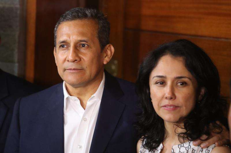 Fotografía de archivo fechada el 30 de abril de 2018 que muestra al expresidente peruano Ollanta Humala (i) y su esposa, Nadine Heredia (d), tras salir de prisión EFEArchivo