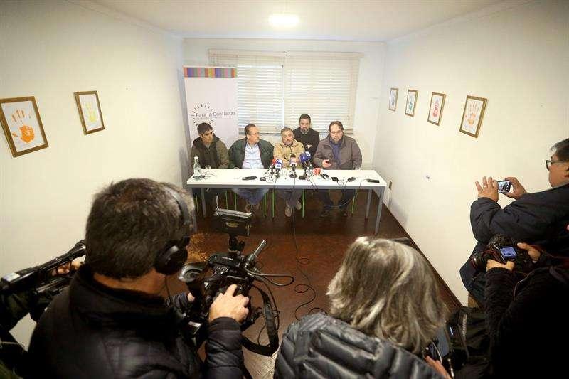Los exseminaristas y denunciantes de haber sufrido abusos sexuales en el interior de la diócesis de Valparaíso Gustavo Donoso , junto al testigo en la causa en rueda de prensa, en Santiago de Chile. EFE