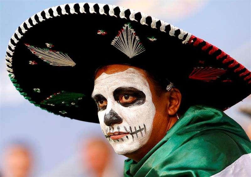 Un aficionado de México luego de que su selección cayó 2-0  ante Brasil en octavos de final.