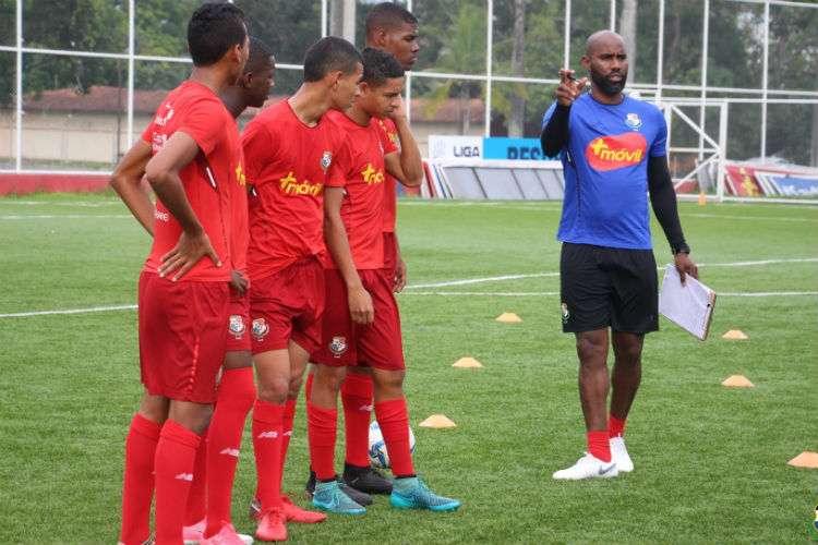 Felipe Baloy habla con jugadores de la preselección nacional Sub-17 de fútbol durante una práctica. Foto: Fepafut