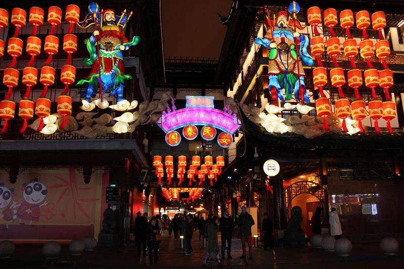La llegada este martes del Año Nuevo Lunar trae variopintas supersticiones en China como decorar las calles, cortarse el pelo, vestirse con prendas de color rojo y limpiar las casas para ahuyentar los malos espíritus. EFE