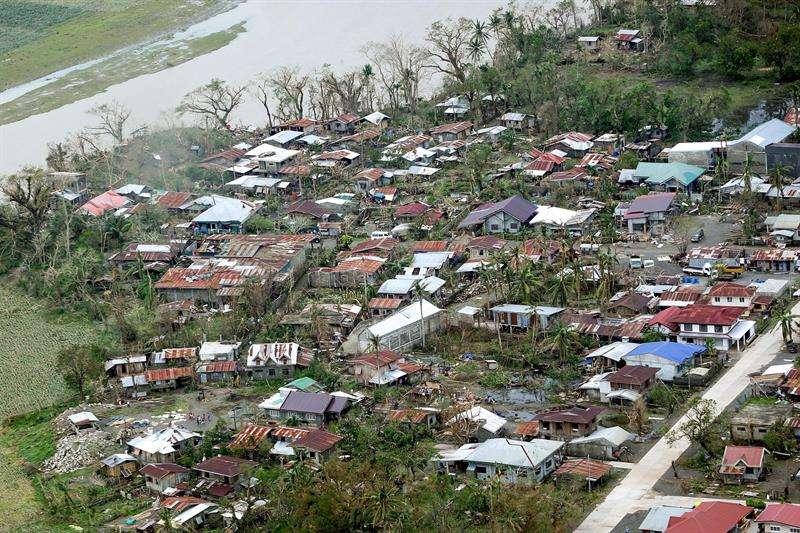 Una foto impresa disponible por la División de Fotógrafos Presidenciales (PPD) muestra el daño causado por el tifón Mangkhut en algunas áreas del norte de Luzón, Filipinas. EFE