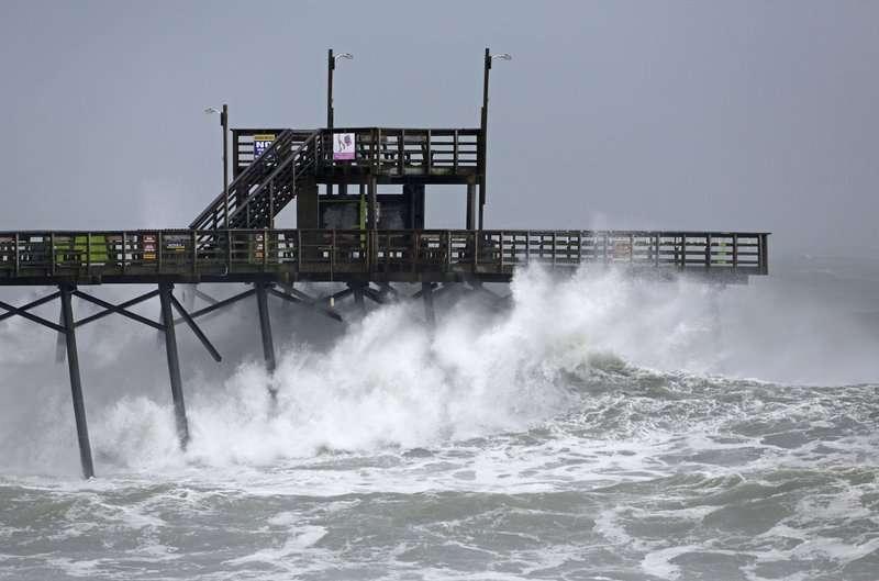 Las olas del huracán Florence golpean el muelle Bogue Inlet en Emerald Isle NC. AP