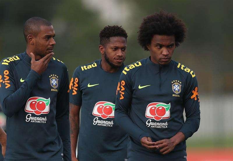 Los brasileños Fernandinho (i),  Fred (c), y Willian (d) participan en un entrenamiento en la Granja Comary, en la ciudad de Teresópolis. Foto EFE