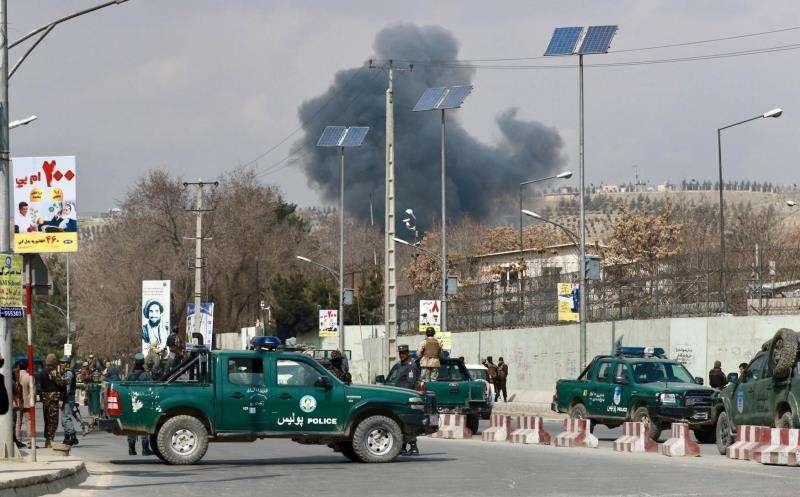 Miembros de las Fuerzas de Seguridad de Afganistán vigilan en las inmediaciones de un hospital en Kabul, que fue objetivo de un ataque en marzo de 2017. EFEArchivo
