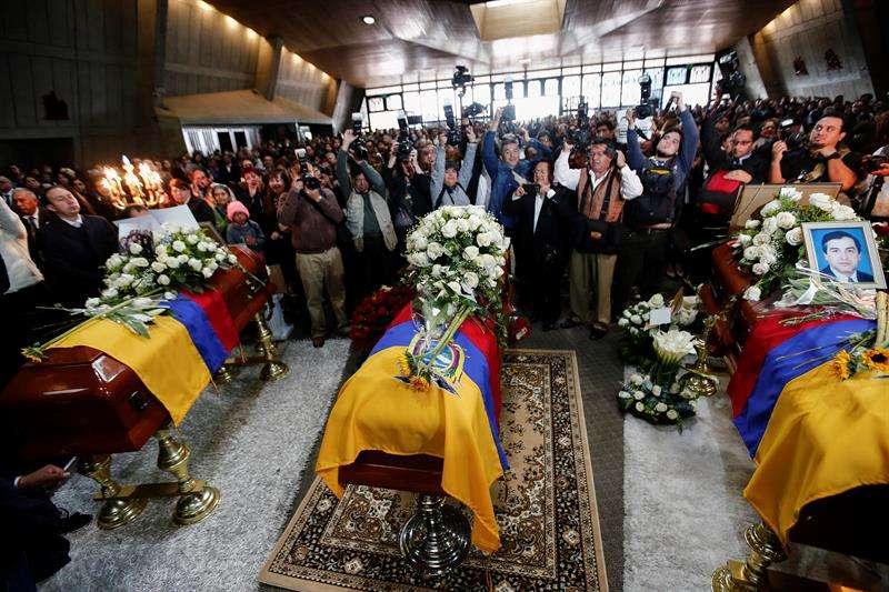 En la iglesia también se colocaron hojas en las que la gente escribía mensajes de apoyo a los familiares del equipo de prensa asesinado por un grupo disidente de las FARC. EFE
