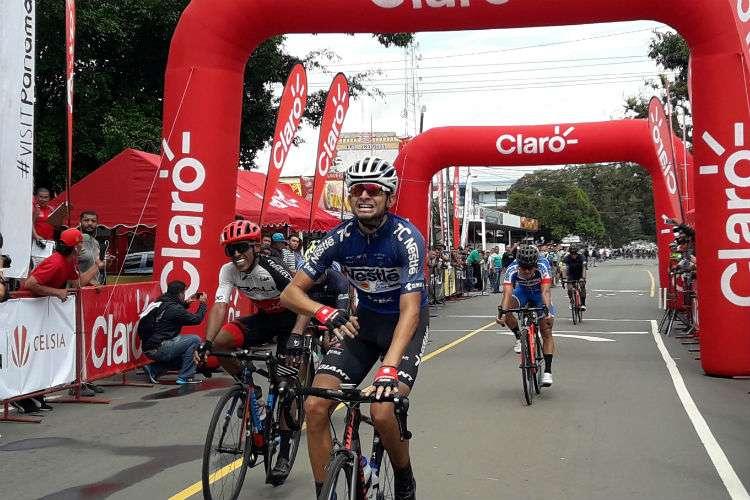 El costarricense Daniel Bonilla (adelante), ganador de la tercera etapa de la Vuelta Internacional a Chiriquí. Foto: Mayra Madrid