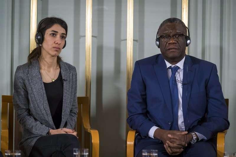 La ganadora del premio Nobel de la paz Nadia Murad, a la izquierda, y el Dr. Denis Mukwege observan durante la conferencia de prensa en el Instituto Nobel de Oslo. AP