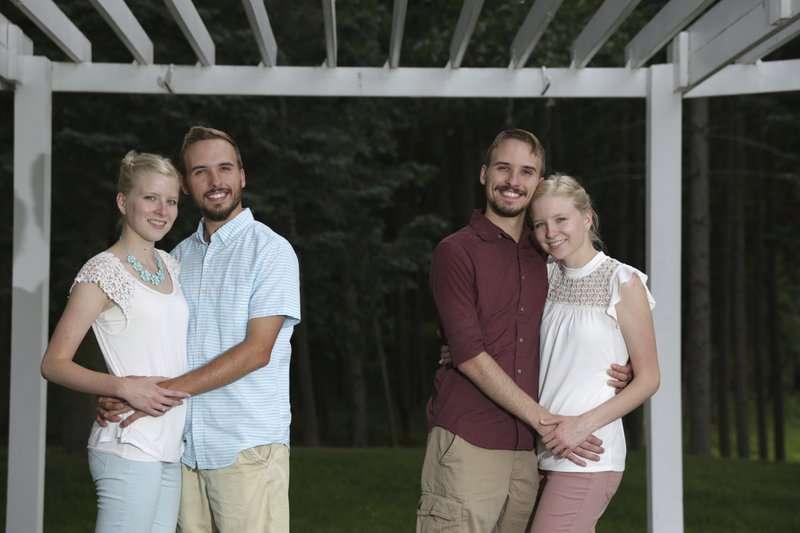 De izquierda a derecha: Krissie Bevier y su novio, Zack Lewan y Nicholas Lewan y su novia, Kassie Bevier, posan para una foto en Grass Lake. Foto: AP