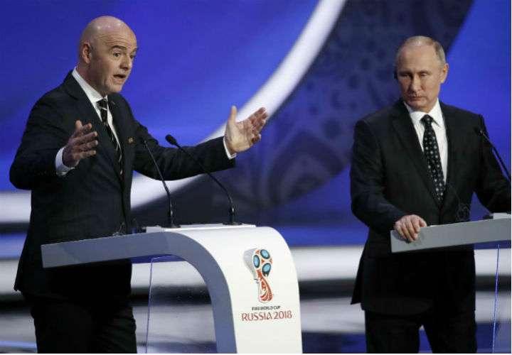 El presidente ruso, Vladímir Putin (dcha.), le aseguró hoy al máximo dirigente de la FIFA, Gianni Infantino, que Rusia está lista para el Mundial. Foto EFE