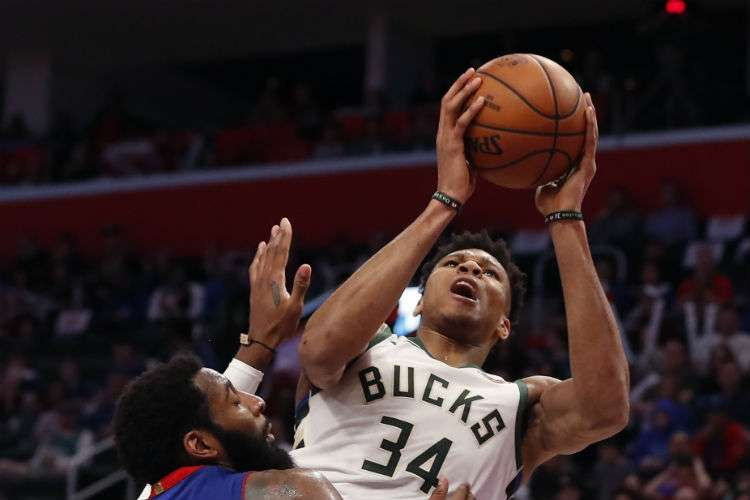 Giannis Antetokounmpo contribuyó al triunfo de los Bucks de Milwaukee. Foto: AP