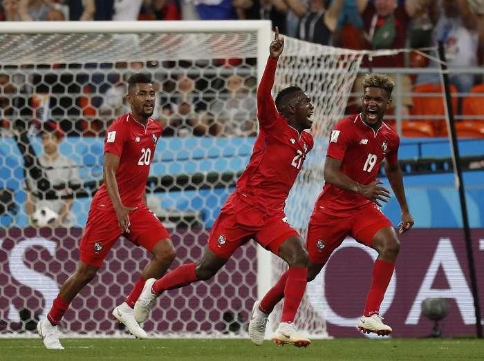 Aníbal Godoy (izq.), José Luis Rodríguez (centro) y Ricardo Ávila celebran el gol de Panamá./ Foto AP