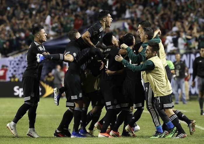 Mexicanos festejan su anotación. / AP