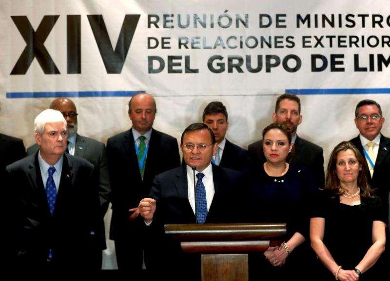 El ministro de Exteriores de Perú, Néstor Popolizo (c-i), ofrece declaraciones junto a sus homólogos de Costa Rica, Manuel Ventura (i); de Guatemala, Sandra Jovel (2d), y de Canadá, Chrystia Freeland, entre otros. EFE