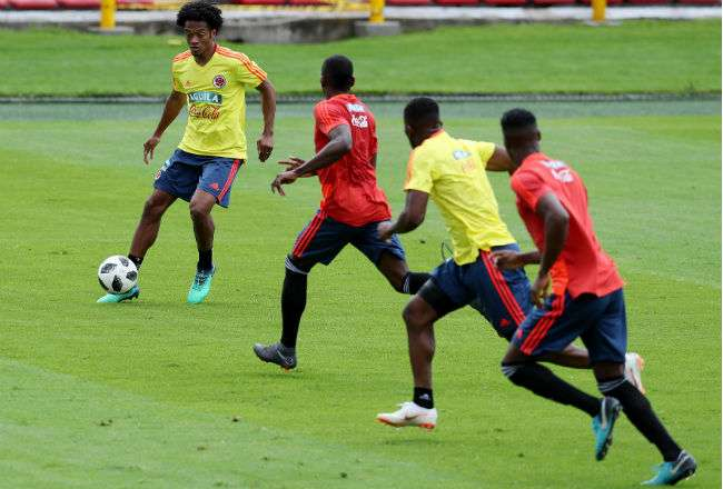 El jugador de la selección colombiana de fútbol Juan Guillermo Cuadrado (i) . Foto: EFE