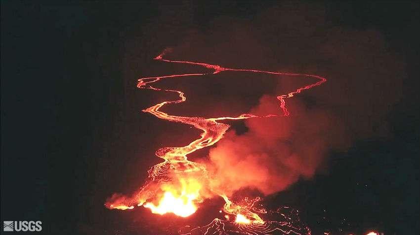 El volcán ha abierto más de 20 fisuras en el suelo, de las que se libera lava, dióxido sulfúrico y vapor. AP