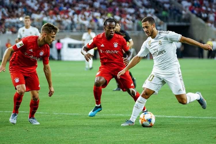 Eden Hazar (d) del Real Madrid controla el balón ante los jugadores del Bayern Munich Renato Sanches (c) y Joshua Kimmich (i). Foto: EFE