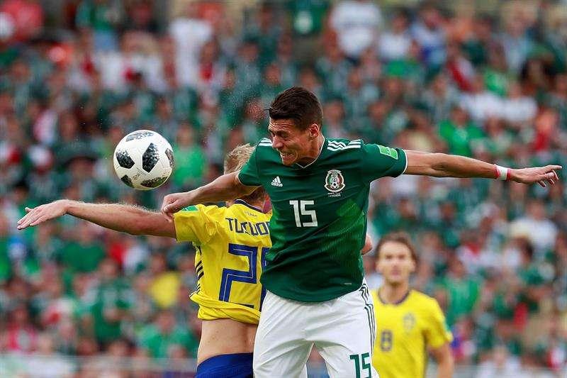 El delantero sueco Ola Toivonen (i) y el defensa mexicano Héctor Moreno (d) durante el partido México-Suecia, del Grupo F del Mundial  de Rusia 2018. Foto EFE