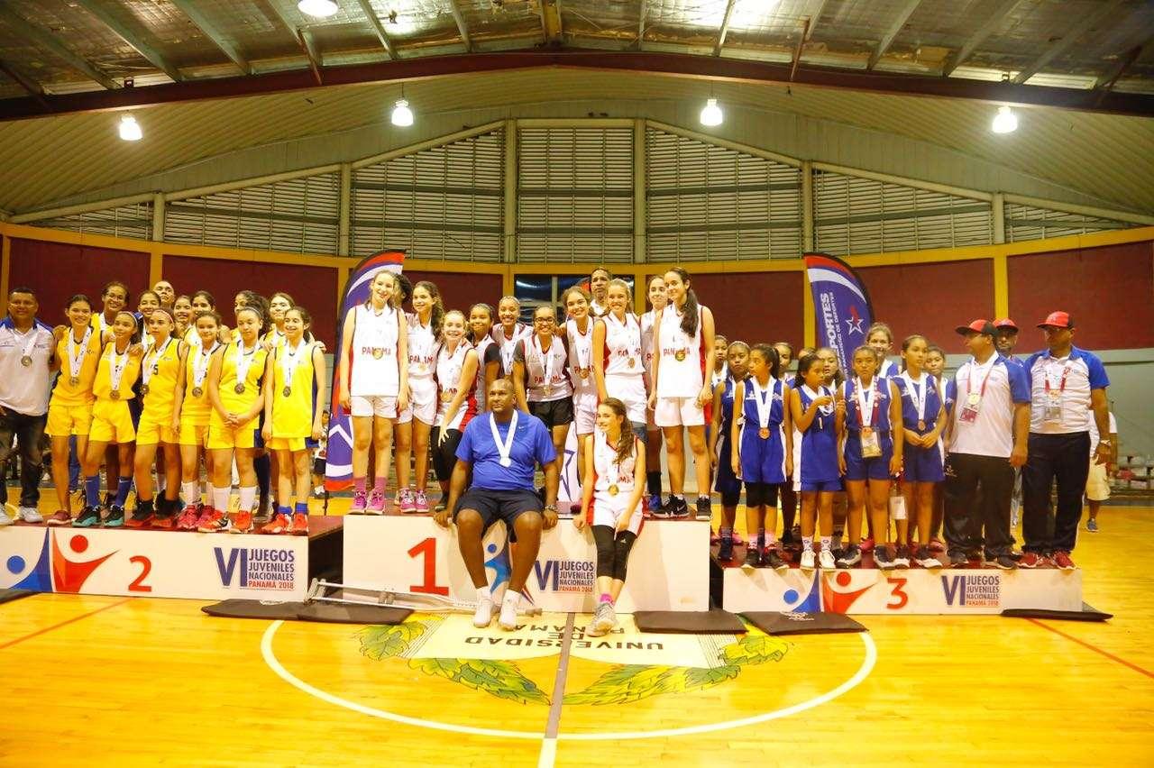 Ganadores posan en el podio de los Juegos Juveniles Nacionales. Foto: Pandeportes