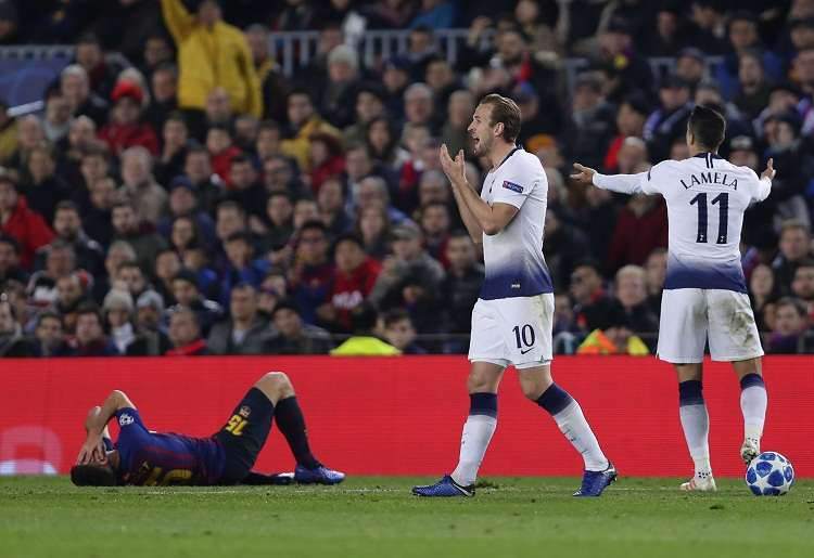 Harry Kane reacciona después de que un tackle sobre el defensa del Barcelona Clement Lenglet. Foto: AP