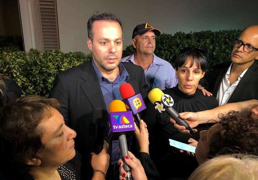 Desde la izquierda, la representante del fallecido cantante mexicano José José, Laura Núñez, y los hijos del artista José Joel Sosa y Marysol Sosa hablan con periodistas este domingo afuera de una comisaría en el condado de Miami-Dade (Florida, EEUU). EFE