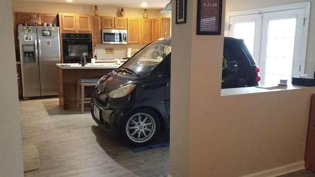En esta foto del 3 de septiembre de 2019 puesta a disposición por Jessica Eldridge, se muestra el automóvil inteligente de su esposo estacionado en su cocina en Jacksonville, Florida. AP