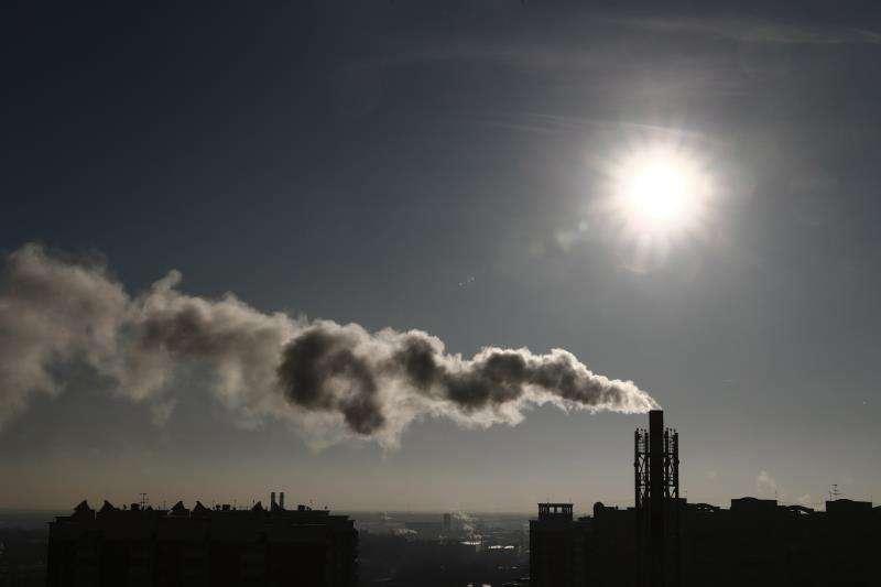 Una columna de humo emerge de una chimenea de la caldera de gas de una vivienda en Moscú (Rusia), hoy, 29 de noviembre de 2018. EFE