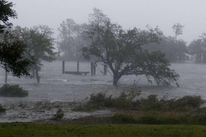 Los vientos y mareas de tormenta del huracán Florence golpean a Swansboro, Carolina del Norte, el viernes 14 de septiembre de 2018. AP