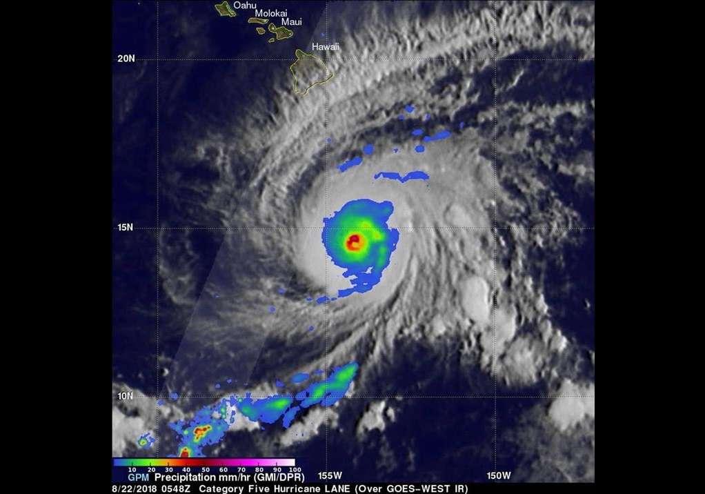 Fotografía cedida por la NASA el 22 de agosto de 2018 que muestra una imagen satelital con superposición del satélite central GPM que pasó sobre el huracán Lane cuando era un huracán de categoría 5. EFE