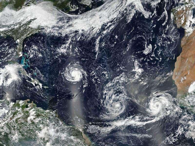 Imagen facilitada por la NASA que muestra los huracanes (i-d) Florence, Isaac y Helene avanzando por aguas del Atlántico Norte. EFE
