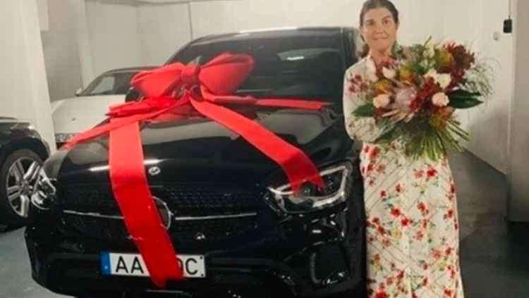 Dolores Aveiro, madre de Cristiano Ronaldo, junto al auto que le regaló su hijo.