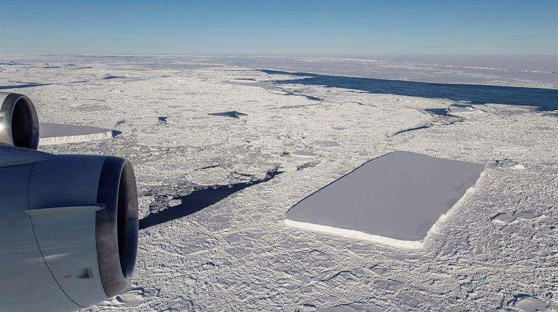 Fotografía facilitada por la Agencia Espacial de Estados Unidos (NASA) de una de las fotografías que ha publicado y que fueron tomadas en una misión en la Antártida, de un iceberg con una inusual y llamativa forma rectangular. EFE